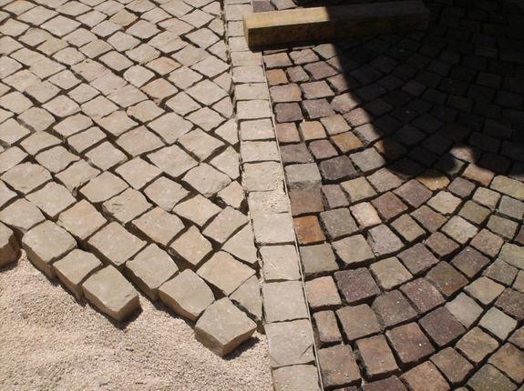 Pavage en pierre calcaire foncé et porphyre