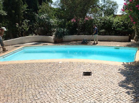 Plage de piscine en pavés calcaires portugais