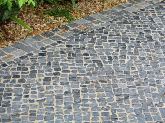 Pavage en pierre calcaire noire